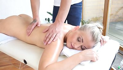 Some horny five-by-five massage includes a good fingerfuck for amateur gal