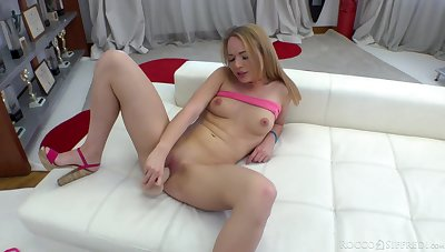 Solo girl toys her cherry until she reaches tap water orgasm